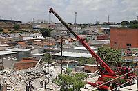 GUARULHOS, SP - 04-12-13 - DESABAMENTO DE PRÉDIO DE 5 ANDARES NA CIDADE DE GUARULHOS/SP. Equipes do Corpo de Bombeiros continuam buscas a possível vítima. Foto: Geovani Velasquez / Brazil Photo Press