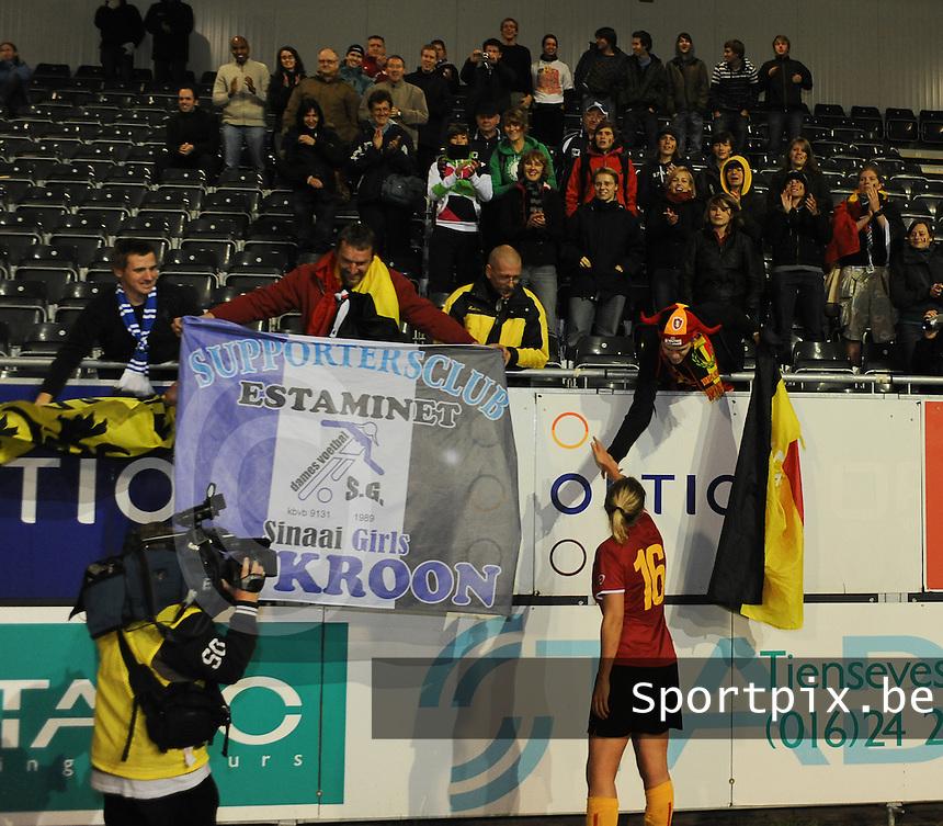 Belgium - Sweden : Sophie Mannaert gaat het publiek groeten uit Sinaai.foto DAVID CATRY / Vrouwenteam.be