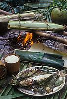 Asie/Laos/Ile de Khone: Poisson cuit dans une enveloppe de feuilles de bananier dans des coques de bambou