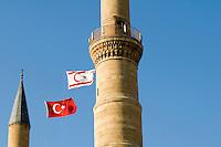 Nordzypern, Minarette der Selimye-Moschee in Nicosia (Lefkosa), 1205 als gotische Sophienkirche gegründet, türkische und nordzyprische Fahne