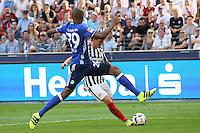 Bastian Oczipka (Eintracht Frankfurt) gegen Naldo (FC Schalke 04) - 27.08.2016: Eintracht Frankfurt vs. FC Schalke 04, Commerzbank Arena
