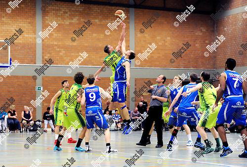 2015-04-24 / Basketbal / seizoen 2014-2015 / Gembo - Houthalen / svbo / De opworp die de eerste wedstrijd in de halve finale van de play-offs tussen gembo en Houthalen op gang bracht.<br /><br />Foto: Mpics.be