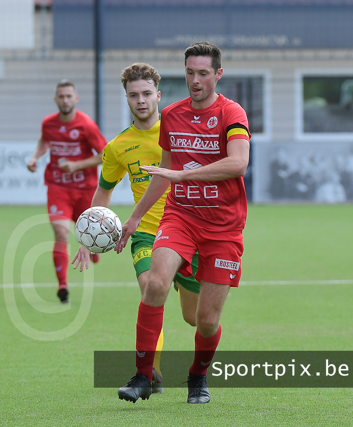 FC GULLEGEM - WITGOOR SPORT DESSEL :<br /> Efram Vansuypeene (R) wordt opgejaagd door Vic Theys (L)<br /> <br /> Foto VDB / Bart Vandenbroucke