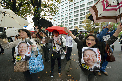 November 12, 2012, Tokyo, Japan - Supporters of Japan's political powerbroker Ichiro Ozawa jubilate over the acquittal of his misreporting political funds trial outside the Tokyo High Court on Monday, November 12, 2012. ..The appeal court upheld an earlier ruling that Ozawa had done nothing wrong when he failed initially to report $5 million that he had loaned to the funding body supporting his political machine.  (Photo by Natsuki Sakai/AFLO) AYF -mis-