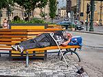 Krakow 2019-07-20. Bezdomny mężczyzna śpiący na ławce w okolicy Wawelu na ulicy Grodzkiej.