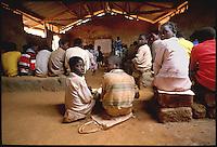 Mozambico,i banchi e gli alunni di una scuola elementare in provincia di Nampula