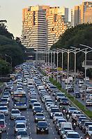 SÃO PAULO, SP, 30.04.2014 – TRÂNSITO EM SÃO PAULO: Trânsito na Av. 23 de Maio, próximo ao Parque do Ibirapuera, zona sul de São Paulo na tarde desta sexta feira. (Foto: Levi Bianco / Brazil Photo Press).