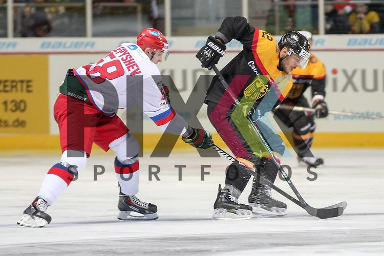 Deutschlands Ehliz, Yasin (Nr.42)(Thomas Sabo Ice Tigers) im Zweikampf mit Russlands Slepyshev Anton Vladimirovich (Nr.58)(Salavat Yulayev) im Spiel IIHF WC15 Germany - Russia.<br /> <br /> Foto &copy; P-I-X.org *** Foto ist honorarpflichtig! *** Auf Anfrage in hoeherer Qualitaet/Aufloesung. Belegexemplar erbeten. Veroeffentlichung ausschliesslich fuer journalistisch-publizistische Zwecke. For editorial use only.