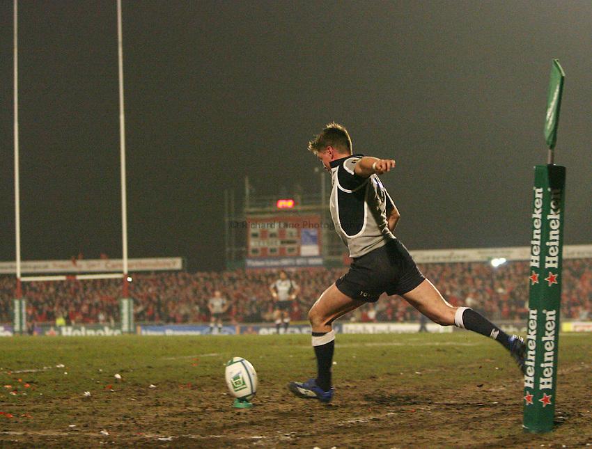 Photo: Rich Eaton...Llanelli Scarlets v Munster Rugby. Heineken Cup. 30/03/2007. Ronan O'Gara kicks a penalty.