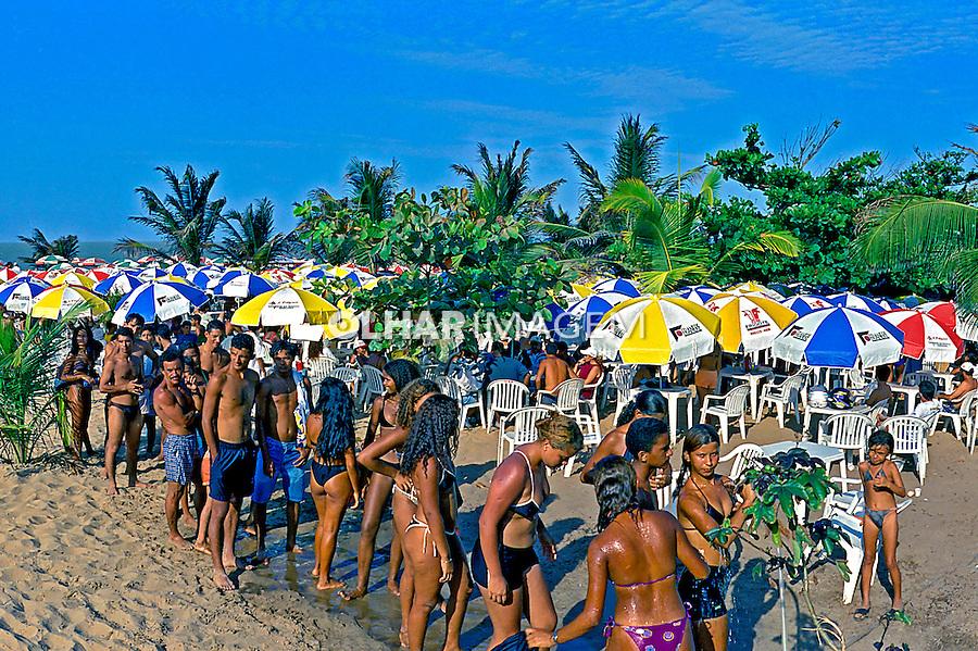 Pessoas na praia em São Luis. Maranhão. 2000. Foto de Juca Martins.
