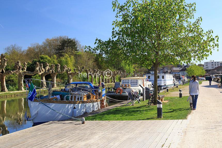 France, région du Gâtinais, Loiret (45), Montargis, port fluvial sur le canal de Briare // France, Gatinais region, Loiret, Montargis, Canal de Briare and the port