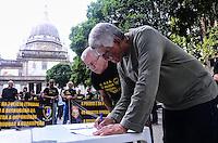RIO DE JANEIRO, RJ, 10 DE JULHO DE 2013 -MANIFESTO CONTRA A CORRUPÇÃO-POLÍCIA FEDERAL-RJ´-Os agentes, escrivães e papiloloscopistas da Polícia Federal convocam a população a assinar um manifesto contra a corrupção que será encaminhado ao governo federal,na Candelária, centro do Rio de Janeiro.FOTO:MARCELO FONSECA/BRAZIL PHOTO PRESS