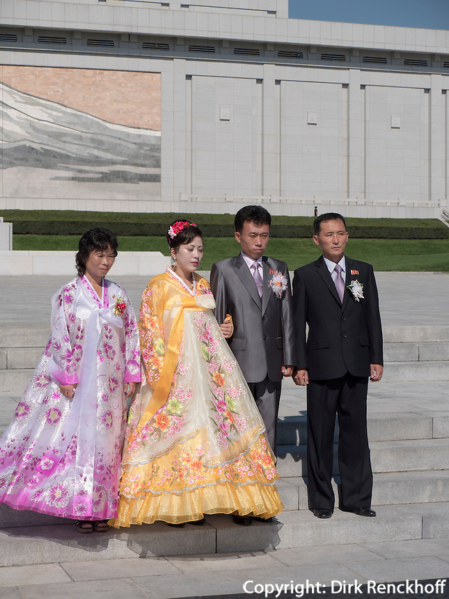 Brautpaare vor Monument Mansudae in Pyongyang, Nordkorea, Asien<br /> Bridal couples at Mansudae Monument, Pyongyang, North Korea, Asia