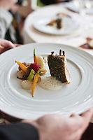 Europe/France/Bretagne/35/ Ille et Vilaine/ Noyal-sur-Vilaine: Service du Cochon de lait rôti à la broche aux épices  recette de Sylvain Guillemot de l' Auberge du Pont d'Acigné