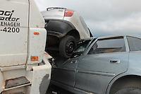 MOGI DAS CRUZES, SP, 17.02.2014 – CAMINHAO DESGOVERNADO INVADE CALÇADA E ATINGE VARIOS CARROS - Caminhao perde o freio e atravessa avenida atingindo oito veículos que estavam estacionados em frente a uma loja de auto-pecas. O condutor do caminhão deixou o local não prestando esclarecimentos à polícia, não houve feridos somente danos mareriais no bairro de Braz Cubas, em Mogi das Cruzes grande Sao Paulo, nesta segunda-feira (17) (Foto: Jorge Andrade / Brazil Photo Press)