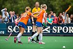 BLOEMENDAAL - Josien Galama (Bl'daal) heeft gescoord,  met Joelle Ketting (Bl'daal)   , 2e play out wedstrijd tussen Bloemendaal-HGC dames (2-0). op de achtergrond scheidsrechter Fanneke Alkemade.  COPYRIGHT KOEN SUYK