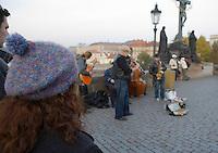 EEurope/République Tchèque/Prague: Sur le   Pont Charles  sur la  Vltava   Musiciens des rues et touristes