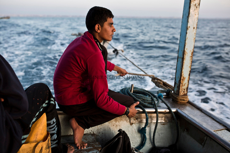 Gaza sea: A young fisherman is looking at the horizon. <br /> <br /> Mer de Gaza:Un jeune p&ecirc;cheur regarde vers l'horizon.