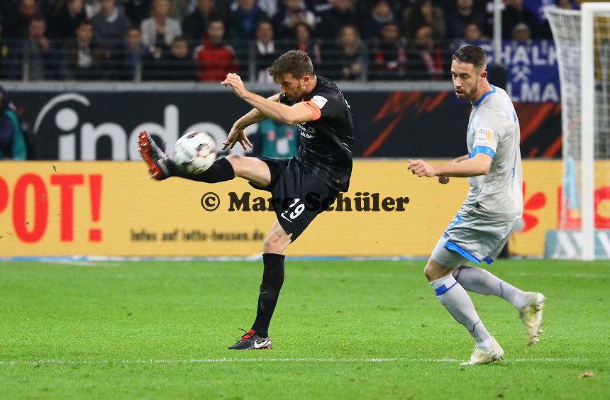 David Abraham (Eintracht Frankfurt) gegen Mark Uth (FC Schalke 04) - 11.11.2018: Eintracht Frankfurt vs. FC Schalke 04, Commerzbank Arena, DISCLAIMER: DFL regulations prohibit any use of photographs as image sequences and/or quasi-video.