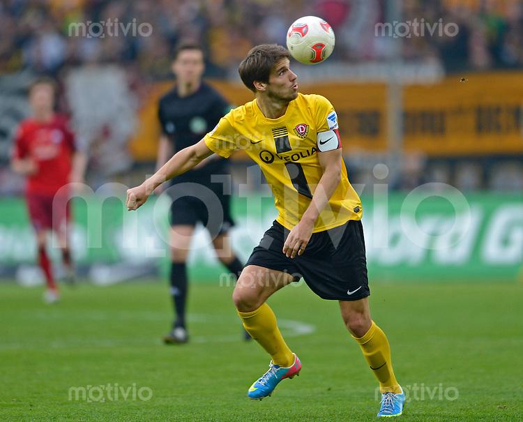 Fussball, 2. Bundesliga, Saison 2012/13, SG Dynamo Dresden - SC Paderborn, Freitag (03.05.13),  Dresdens Romain Bregerie am Ball.