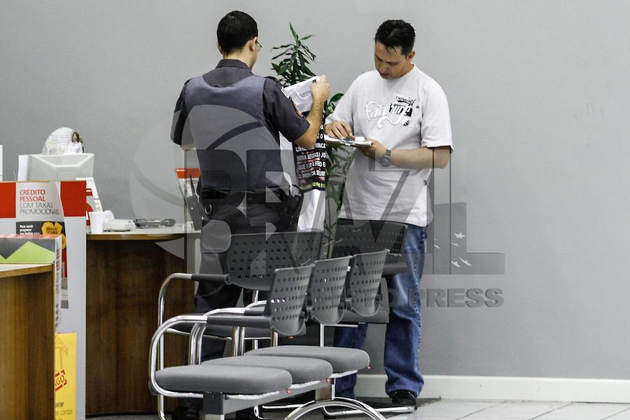 SÃO PAULO,SP,14.05.2014 - VIGIA REFENS BANCO - Um vigia de uma agência do Banco Santander, na Avenida Eduardo Cotching, na Zona Leste de São Paulo, manteve reféns dentro do estabelecimento na manhã desta quarta-feira (14).<br /> Segundo a Polícia Militar, ele estava armado e se trancou em uma sala com três pessoas. O vigia pediu a presença da esposa no local. Aos poucos, o homem liberou os reféns e depois atirou contra o propio peito.(Foto Ale Vianna/Brazil Phoot Pres).