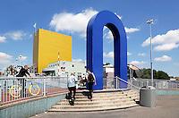 Groningen. Toegang naar de brug bij het Groninger Museum. Het museum is een ontwerp van Alessandro Mendini