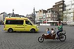 Foto: VidiPhoto<br /> <br /> DEN BOSCH &ndash; Bezoekers van de binnenstad in Den Bosch keken dinsdag verbaasd op toen een &lsquo;ambulance&rsquo; zich prominent posteerde op de Markt en daar een evangelisatie-actie startte. De vrijwilligers van de stichting Sjofar poogden vanuit een omgebouwde ambulance een dag na Pasen het evangelie te verspreiden onder voorbijgangers. De teksten op de voormalige ambulance zijn vooral gericht op de &lsquo;geestelijke&rsquo; veiligheid van mensen. Het nieuwsgierige publiek kan onder meer een gratis Bijbel krijgen van de interkerkelijke stichting, die diverse plaatsen in Nederland aandoet met opvallende voertuigen. De reacties zijn divers: van goede gesprekken en mensen die God &lsquo;zoeken en vinden&rsquo; tot &ldquo;gefrustreerde moslims&rdquo; die de kraam omgooien en quasi ge&iuml;nteresseerden die voor de ogen van vrijwilligers een ontvangen Bijbel verscheuren.