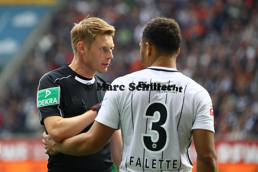 Schiedsrichter Christian Dingert ermahnt Simon Falette (Eintracht Frankfurt) - 16.09.2017: Eintracht Frankfurt vs. FC Augsburg, Commerzbank Arena