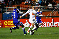 ATENÇÃO EDITOR: FOTO EMBARGADA PARA VEÍCULOS INTERNACIONAIS SÃO PAULO,SP,26 SETEMBRO 2012 - FINAL RECOPA SUDAMERICANA - SANTOS (bra) x UNIVERSIDAD DE CHILE (chi) -Felipe Anderson  jogador do Santos durante partida Santos x Universidad de Chile  válido pela final da Recopa Sudameircana no Estádio Paulo Machado de Carvalho (Pacaembu), na região oeste da capital paulista na noite desta quarta feira (26).(FOTO: ALE VIANNA -BRAZIL PHOTO PRESS).