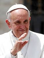 Papa Francesco saluta i fedeli al termine dell'udienza generale del mercoledi' in Piazza San Pietro, Citta' del Vaticano, 29 maggio 2013..Pope Francis waves to faithful at the end of his weekly general audience in St. Peter's square at the Vatican, 29 May 2013..UPDATE IMAGES PRESS/Riccardo De Luca..STRICTLY ONLY FOR EDITORIAL USE