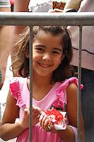 OSASCO, SP - 23.02.2012 - BOLO DE 50 METROS - Bolo com 50 metros de comprimento em comemoracao aos 50 anos de emancipacao da cidade de Osasco. Pessoas consomem bolo que fora colocado na rua antonio agu, no centro de Osasco. No ultimo dia 19 de fevereiro a cidade de Osasco completou 50 anos de emancipacao politica e administrativa. Segundo a prefeitura de osasco o bolo tem 50 metros e pode alimentar ate sete mil pessoas. (Foto: Renato Silvestre/BRAZIL PHOTO PRESS)