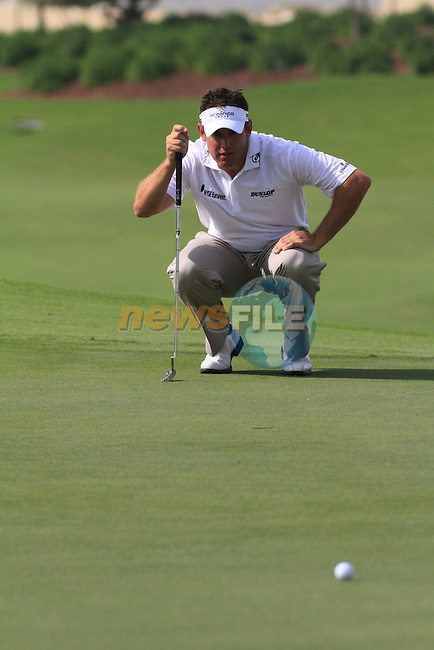 Dubai World Championship Golf. Earth Course,.Jumeirah Golf Estate, Dubai, U.A.E...Lee Westwood lines up his putt on the 5th during the second round of the Dubai World Golf championship..Photo: Fran Caffrey/www.golffile.ie...