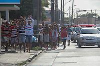RECIFE, PE, 03.05.2015 - FINAL DO CAMPEONATO PERNAMBUCANO 2015 - SANTACRUZ X SALGUEIRO, Torcida do Santa Cruz sendo escoltada pela policia Militar antes  da partida Santa Cruz x Salgueiro válida pela final do campeonato pernambucano 2015, no Estádio do Arruda. (Foto: Williams Aguiar / Brazil Photo Press)