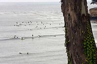 Santa Barbara California, June 18, 2007. Surfisti nell'oceano