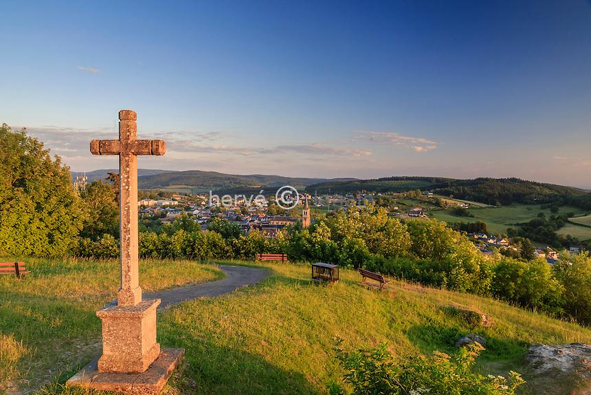 France, Nièvre (58), Château-Chinon, vue sur le Morvan et la ville, depuis le sommet du Calvaire le soir // France, Nievre, Chateau Chinon, view of the Morvan and the city from the top of Calvary in the evening