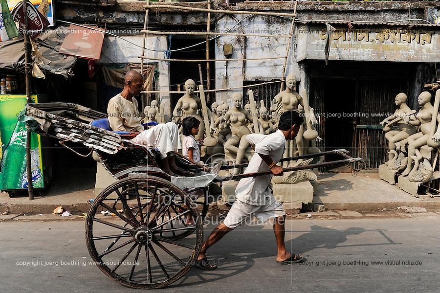 INDIA Westbengal, Kolkata, Kumartuli, clay sculpures of Hindu gods for Hindu festivals, man-powered rickshaw / INDIEN, Westbengalen, Kolkata, Handwerker fertigen Lehmfiguren von Hindu Gottheiten im Stadtteil Kumartuli fuer Hindu Feste, Goettin Saraswati, handgezogene Rikscha