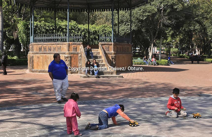 Querétaro, Qro. 10 de enero 2015.- La alameda Hidalgo, cada día se recupera  su espacio recreativo y de esparcimiento, a pesar de estar rodeado del comercio informal con el tianguis de la alameda, las familias y los niños disfrutan de este pequeño pulmón del centro histórico.
