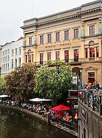 Oudegracht in Utrecht. Terrassen aan het water. Winkel van Sinkel
