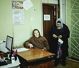 Frauen warten im Verwaltungsgebäude des Ortes auf ihre monatliche Hilfszahlung für Strom.