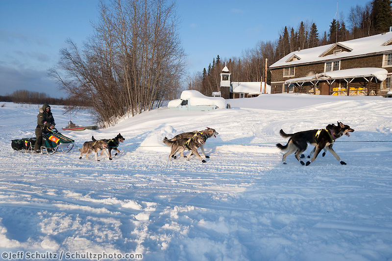 Jeff King runs up the bank of the Yukon River to Anvik on Friday evening    Iditarod 2009