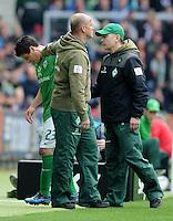 FUSSBALL   1. BUNDESLIGA   SAISON 2011/2012   34. SPIELTAG SV Werder Bremen - FC Schalke 04                       05.05.2012 Zlatko Junuzovic (li) wird verletzt ausgewechselt. Trainer Thomas Schaaf (Mitte) und Mannschaftsarzt Goetz Dimanski (re,  alle Werder Bremen) spenden Trost