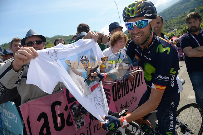 Spanish National Champion Alejandro Valverde (ESP) Movistar Team signs a Vincenzo Nibali tee shirt for a fan at sign on before the start of Stage 14 of the 2016 Giro d'Italia, running 210km from Alpago (Farra) to Corvara (Alta Badia), Italy. 21st May 2016.<br /> Picture: ANSA/Claudio Peri | Newsfile<br /> <br /> <br /> All photos usage must carry mandatory copyright credit (&copy; Newsfile | ANSA/Claudio Peri)