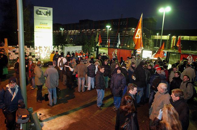 Arbeitsniederlegung und Protest bei Baumaschinenhersteller CNH in Berlin<br /> Mitarbeiter der Fruehschicht protestierten am Freitag den 13. Januar 2006 mit einer spontanen Arbeitsnederlegung vor dem Werkstor gegen die geplante Schliessung des Produktionsstandort Berlin.<br /> Am 23. November 2005 hatte die Geschaeftsleitung die Belegschaft des ehemaligen Orenstein &amp; Koppel-Werkes darueber informiert, dass die FIAT-Tochter CNH beschlossen hat, die Fertigung im Berliner Baumaschinenwerk zu schliessen. Dies waere das Ende der Berliner Traditionsfirma mit ca. 590 Beschaeftigten.<br /> 13.1.2006, Berlin<br /> Copyright: Christian-Ditsch.de<br /> [Inhaltsveraendernde Manipulation des Fotos nur nach ausdruecklicher Genehmigung des Fotografen. Vereinbarungen ueber Abtretung von Persoenlichkeitsrechten/Model Release der abgebildeten Person/Personen liegen nicht vor. NO MODEL RELEASE! Nur fuer Redaktionelle Zwecke. Don't publish without copyright Christian-Ditsch.de, Veroeffentlichung nur mit Fotografennennung, sowie gegen Honorar, MwSt. und Beleg. Konto: I N G - D i B a, IBAN DE58500105175400192269, BIC INGDDEFFXXX, Kontakt: post@christian-ditsch.de<br /> Bei der Bearbeitung der Dateiinformationen darf die Urheberkennzeichnung in den EXIF- und  IPTC-Daten nicht entfernt werden, diese sind in digitalen Medien nach &sect;95c UrhG rechtlich geschuetzt. Der Urhebervermerk wird gemaess &sect;13 UrhG verlangt.]