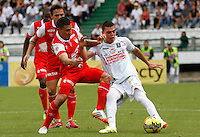 MANIZALES -COLOMBIA, 06-04-2014. Cesar Augusto Arias (Der) de Once Caldas disputa el balón con Luis Carlos Arias (Izq) de Independiente Santa Fe por la fecha 15 de la Liga Postobón I 2014 jugado en el estadio Palogrande de la ciudad de Manizales./ Once Caldas player Cesar Augusto Arias ( R) fights for the ball with Independiente Santa Fe player Luis Carlos Arias (L) during match for the 15th date of the Postobon  League I 2014 at Palogrande stadium in Manizales city. Photo: VizzorImage/Santiago Osorio/STR