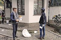 - Milano, novembre 2016, un gruppo di profughi e richiedenti asilo, nel quadro del programma di lavori volontari socialmente utili organizzato dal Comune di Milano, ripulisce i graffiti intorno al Parco delle  Basiliche; un cittadino offre caff&egrave; e biscotti<br /> <br /> - Milan, October 2016, a group of refugees and asylum seekers, in the context of socially useful volunteer work program organized by the Municipality of Milan, clean up graffiti around the Park of  Basilicas; a citizen offers coffee and biscuits