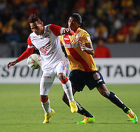 MORELIA - MEXICO -28 -01-2014: Joel Huiqui (Der.) jugador de Monarcas Morelia de Mexico, disputa el balón con Wilder Medina (Izq.) jugador del Independiente Santa Fe de Colombia, durante partido por la primera fase, llave G5 de la Copa Libertadores en el estadio Morelos de la ciudad de Morelia. / Joel Huiqui (R) player of Monarcas Morelia of Mexico, struggles for the ball with Wilder Medina (L), player of Independiente Santa Fe of Colombia, during a match for the first fase, g5 key of the Copa Bridgestone Libertadores in Morelos stadium in Morelia city, Photo: VizzorImage  / Manuel Velasquez / Jam Media / Cont