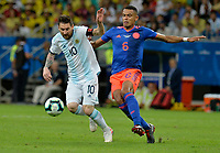SALVADOR – BRASIL, 15-06-2019: Lionel Messi de Argentina disputa el balón con William Tesillo de Colombia durante partido de la Copa América Brasil 2019, grupo B, entre Argentina y Colombia jugado en el Itaipava Fonte Nova Arena de la ciudad de Salvador, Brasil. / Lionel Messi of Argentina vies for the ball with William Tesillo of Colombia during the Copa America Brazil 2019 group B match between Argentina and Colombia played at Itaipava Fonte Nova Arena in Salvador, Brazil. Photos: VizzorImage / Julian Medina / Cont / FCF