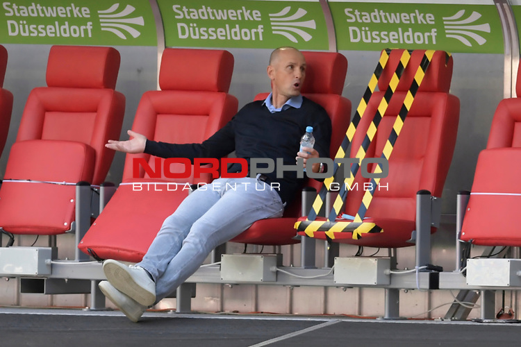 Heiko HERRLICH  (Trainer FC Augsburg),ratlos.<br />