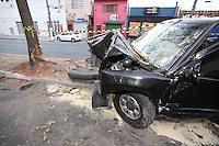 SAO PAULO, SP, 26/08/2012, ACIDENTE V. GUILHERME. Duas pessoas ficaram presas nas ferragens apos o veiculo que estavam perder a direcao e bater contra uma arvora na Av. Joaquina Ramalho alt do numero 300. Um taxi tambem foi atingido, mas sem gravidade. O ponteiro do veiculo onde as vitimas estavam, ficou cravado nos 110 km/h. Luiz GUarnieri/ Brazil Photo Press.