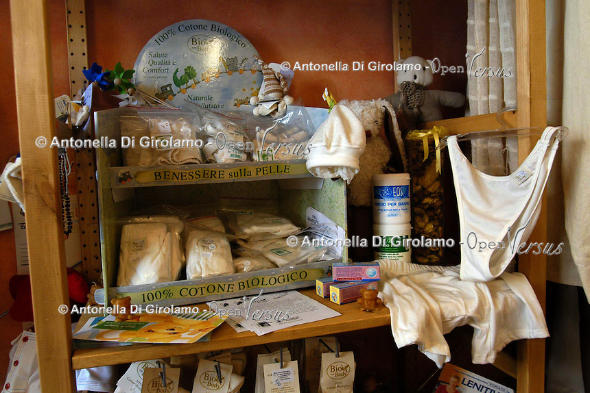 Negozio erboristeria e abiti di cotone biologico, a San Lorenzo, storico quartiere di Roma. Natural healthcare shop and biological cotton clothing, in San Lorenzo, historic district of Rome....